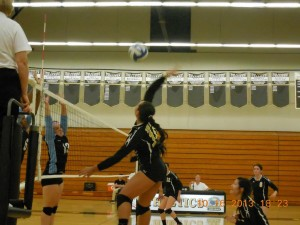 Volleyball team splits Foothill Conference games