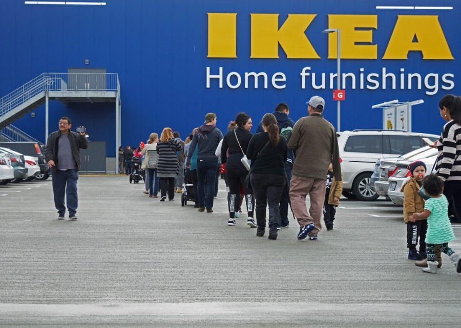 IKEA+shoppers+lined+up+Wednesday+morning+for+the+grand+opening+of+the+new+IKEA+store+in+Burbank--the+branches+largest+store+in+the+U.S.+